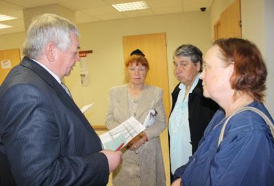 Владимир Коньков общается с гражданами