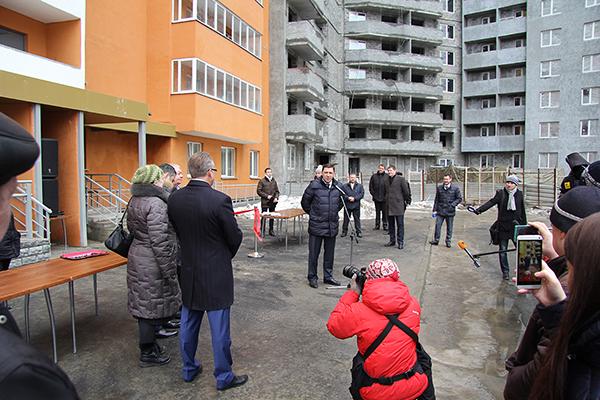 Евгений Куйвашев поздравляет дольщиков корпорации Маяк