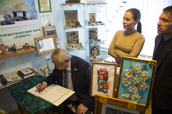 Владимир Коньков и Юлия Михалкова поздравили жителей Уктусского пансионата с Новым годом