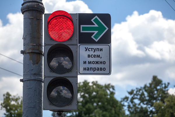 Владимир Коньков предлагает разрешить поворот направо на красный