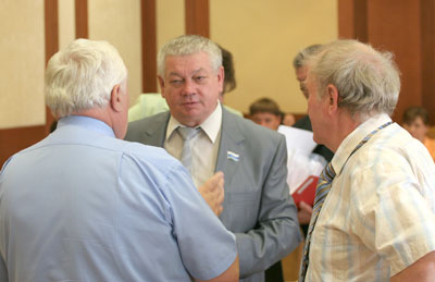 Владимир Коньков общается с коллегами
