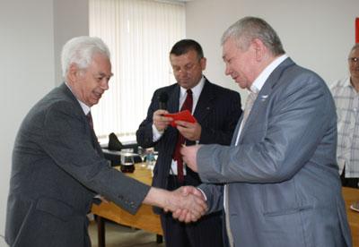 Владимир Коньков вручает ветеранам ВОВ памятные медали